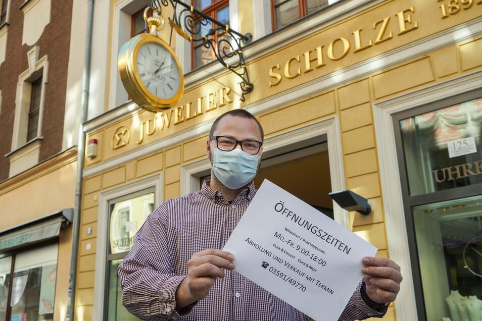 Ivo Scholze bietet in seinem Juwelier-Geschäft in der Reichenstraße in Bautzen Click and Meet an. Kunden können sich anmelden - und vor Ort stöbern oder sich beraten lassen.
