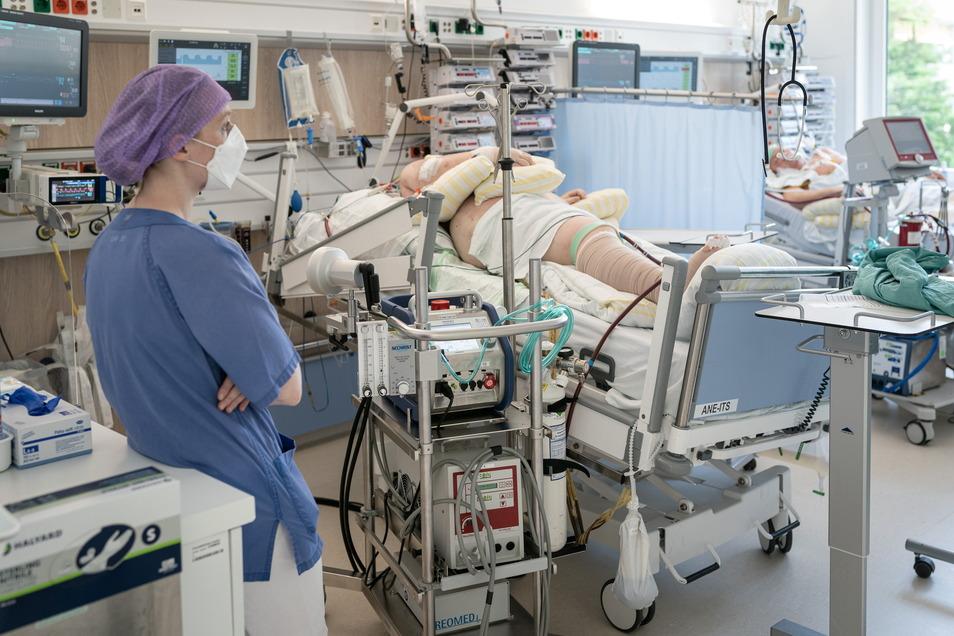 Monitore und Maschinen, Geräte und Schläuche halten die Patienten am Leben. Auf der Covid-Intensivstation des Uniklinikums in Dresden liegen die schwersten Fälle der Region.