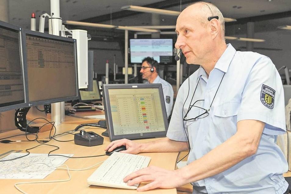 Unter 112 zu erreichen: Hauptbrandmeister Tilo Gebauer (56) aus Pirna-Copitz an seinem neuen Arbeitsplatz in der Regionalleitstelle Dresden-Übigau. Mehr als zwanzig Jahre war Gebauer Disponent in der Rettungsleitstelle Pirna. Am 11.März zog er mit acht Ko