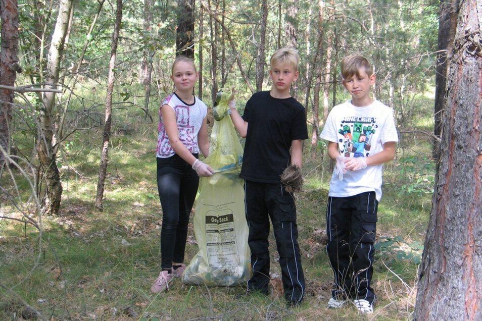 Ein bisschen Überwindung kostet es Nadine, Moritz und Monty (v.li.) schon, den Müll aufzusammeln.