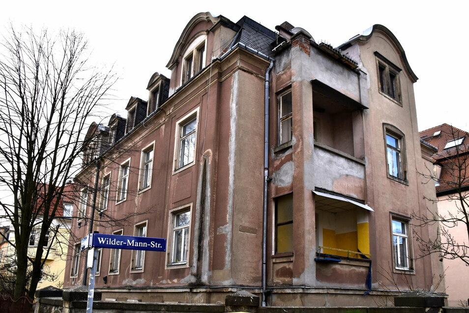 Ohne Frage ist das Gründerzeithaus in der Wilder-Mann-Straße sanierungsbedürftig. Einen Abriss wollen Stadt und viele Dresdner aber verhindern.