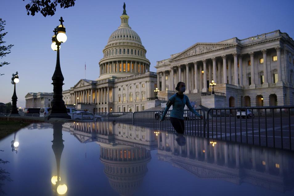 Der US-Senat hat ein Gesetzespaket beschlossen, gegen das sich Noch-Präsident Trump positioniert hat.