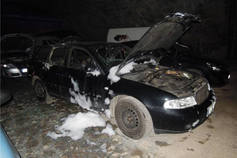 Vom Löschschaum gezeichnet: der ausgebrannte Audi