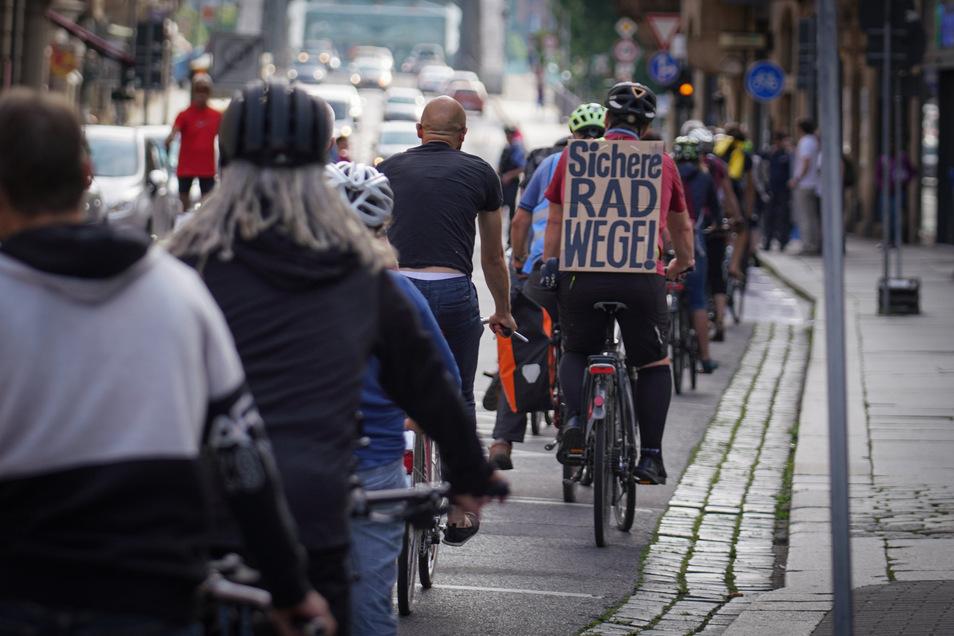 Mitte Juni demonstrierten gut 100 Radfahrer in der Hüblerstraße und forderten eine sichere Lösung für die Einbahnstraße, die sie in Richtung Schillerplatz durchfahren dürfen - allerdings nicht auf einem durchgängigen Radstreifen.