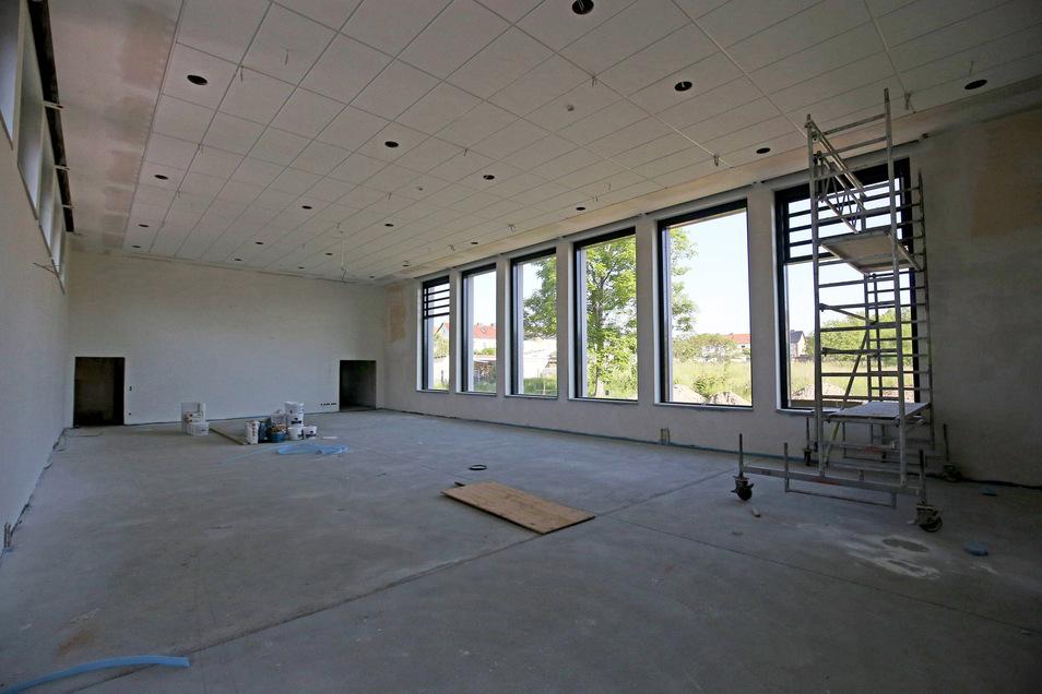 Die frühere Sporthalle wird zur Mensa umfunktioniert. Unter anderem wurden dafür die Fenster vergrößert.