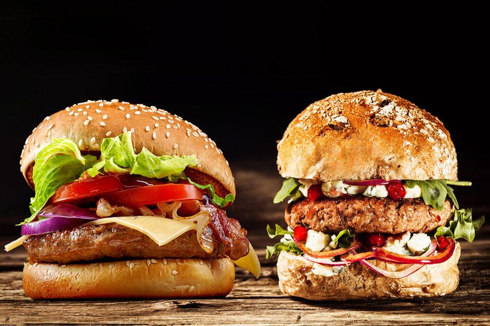 Was ist Fleisch, was ist Fleischersatz? Auf den ersten Blick kann man das nicht unbedingt erkennen. Stiftung Warentest hat Burger-Patties getestet.