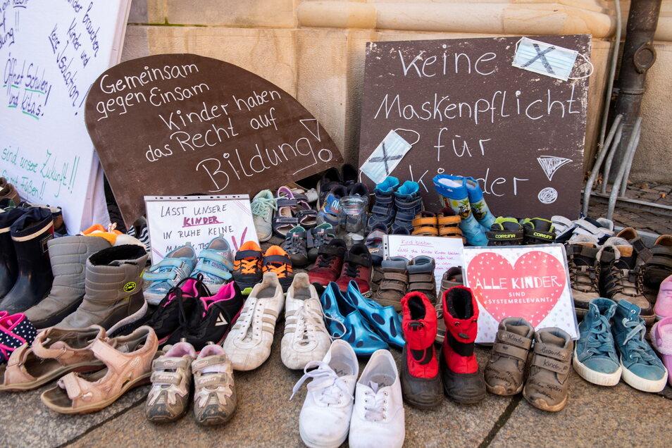 So wird ein Schuh draus: Hunderte von Kinderschuhen sammelten sich am Wochenende auch vor dem Großenhainer Rathaus an und erinnern auch jetzt noch an die Forderungen der Eltern.
