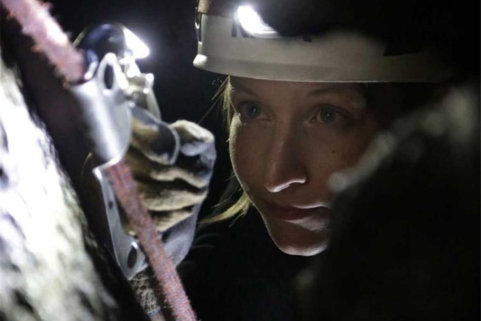 Ein Seil für alle Fälle: Mit der Klemme kämpft sich Anja im Kamin aufwärts.