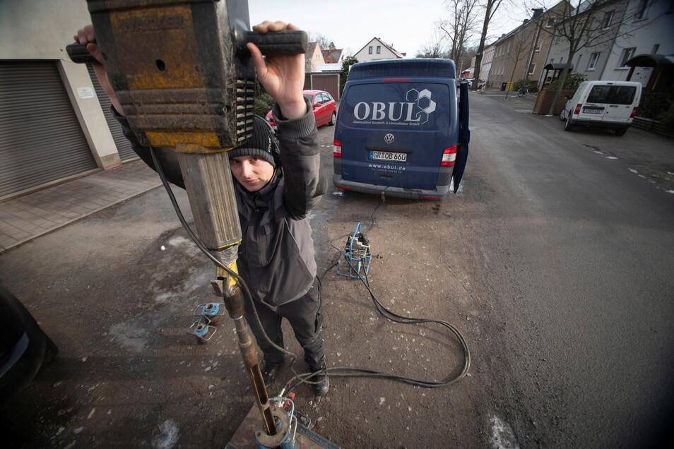 Bereits im Januar wurde der Baugrund auf der Gartenstraße in Königsbrück untersucht. Toni Ranze von der Firma Oberlausitzer Baustoff- & Umweltlabor war mit einer Rammkernsonde im Einsatz.