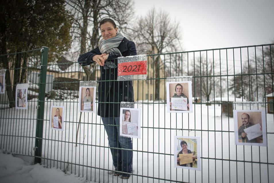 Sandra Klengel ist die Leiterin der Kita Entdeckerland in Lichtenberg. Die Mitarbeiter grüßen mit großen Bildern am Zaun die Kinder, die derzeit nicht in den Kindergarten kommen können.