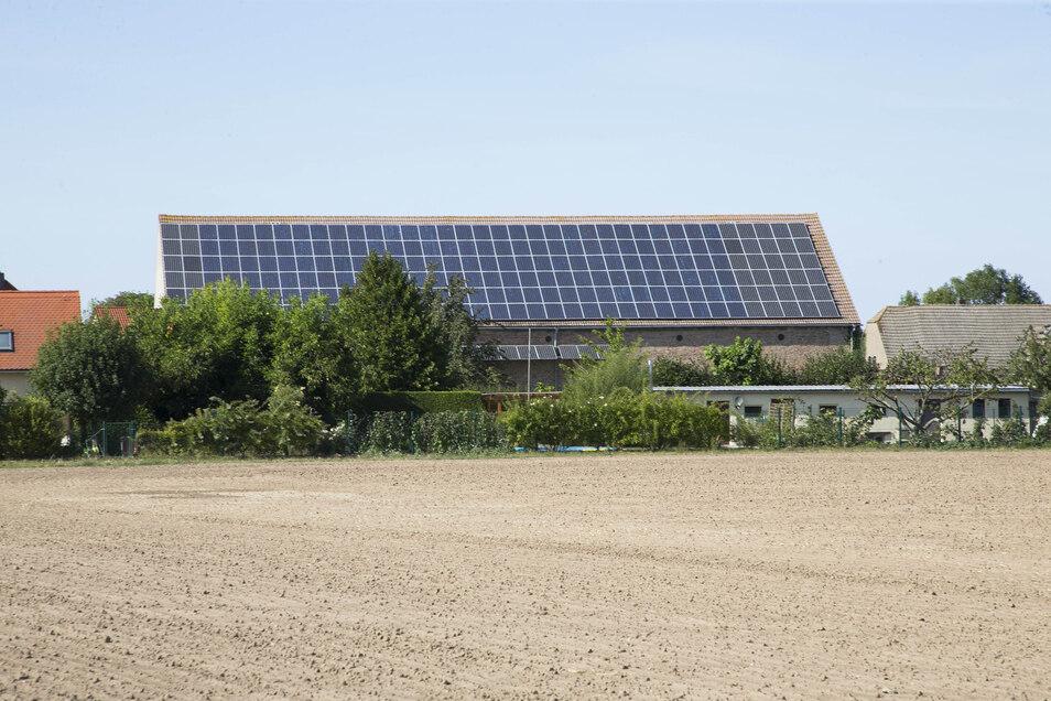 Soll diese Solaranlage mit angeschoben und an den Einnahmen beteiligt gewesen sein: Sachsens AfD-Chef Jörg Urban wird vor der Landtagswahl am 1. September von politischen Mitbewerbern Doppelzüngigkeit vorgeworfen. Er eifere gegen erneuerbare Energien, abe