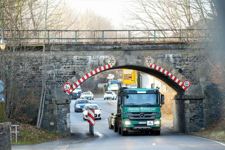 Wenn die Bahn diese Brücke nicht mehr nutzen würde, könnte man die Engstelle an der B96 in Oderwitz entschärfen. Noch ist nichts entschieden.