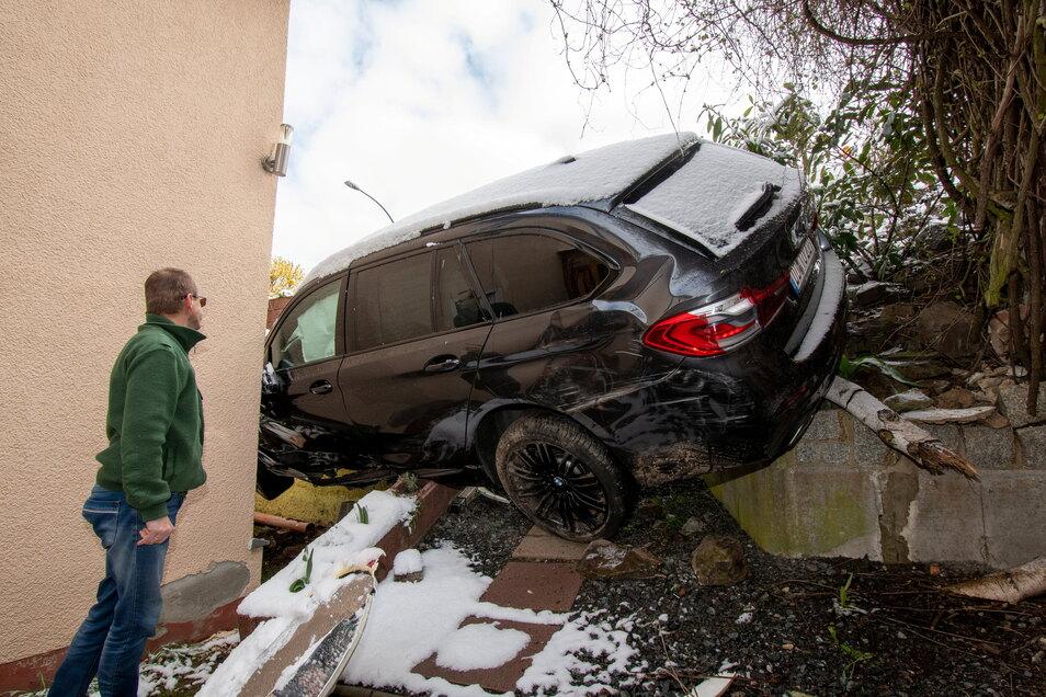 So stellt sich die Situation nach dem Unfall dar. Der BMW ist gegen die Hauswand gerutscht.