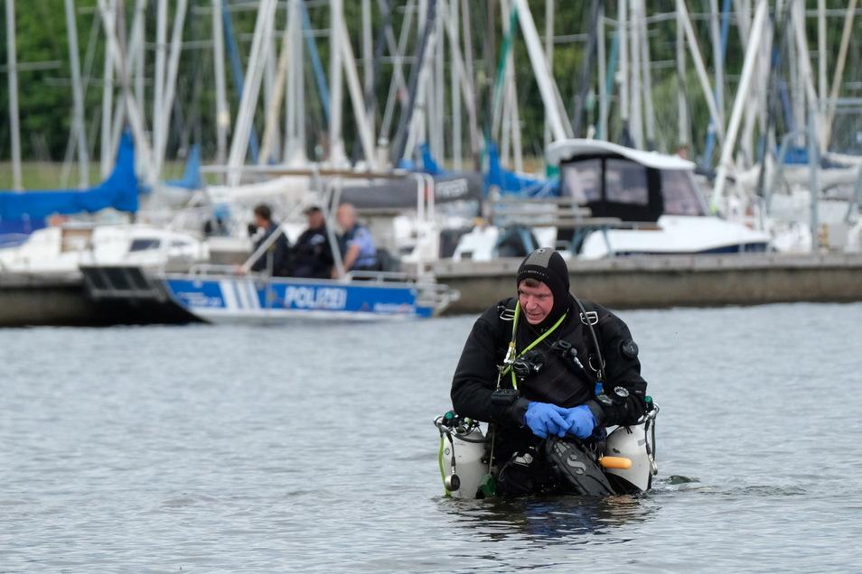 Ein Taucher hatte am Sonntag (04.07.2021) eine leblose Person am Grund des Cospudener Sees entdeckt.