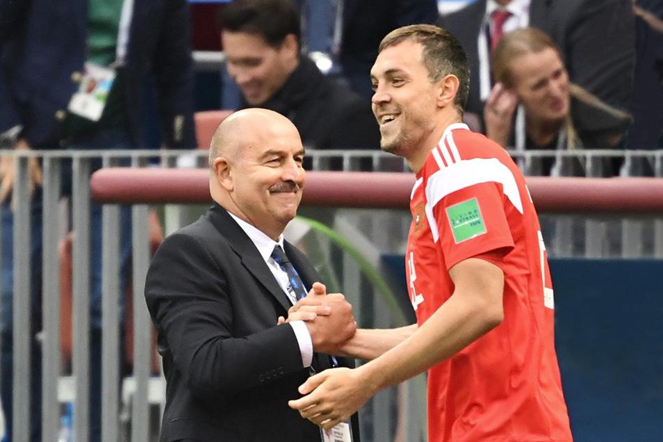 Grund zur Freude haben Trainer Stanislaw Tschertschessow und die russischen Spieler um Artjom Dsjuba (r.) bei der Heim-WM.
