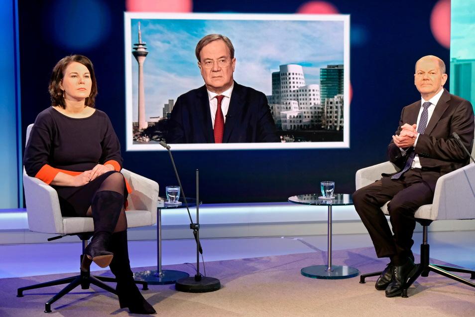 Es war das erste Aufeinandertreffen der drei Kanzlerkandidaten - wobei nur Baerbock und Scholz mit der Moderatorin im Studio saßen, Laschet war zugeschaltet.