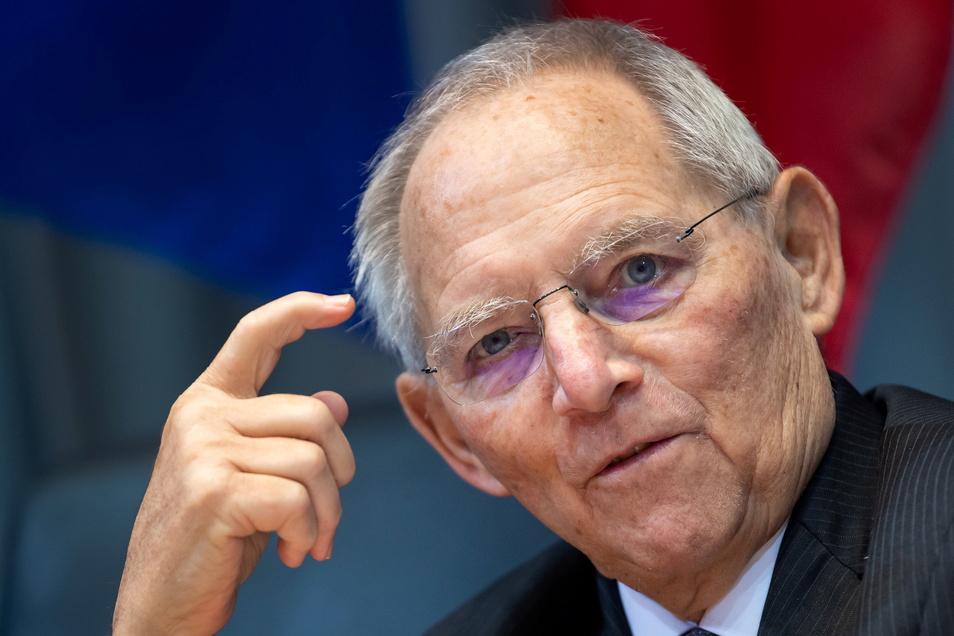 Bundestagspräsident Wolfgang Schäuble (CDU) verteidigt die geplanten nächtlichen Ausgangssperren in Regionen mit hohen Corona-Zahlen als verhältnismäßig.