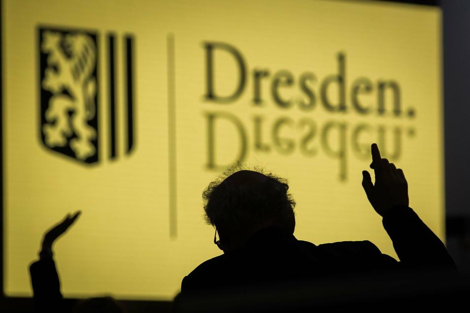 Der Dresdner Stadtrat entscheidet unter anderem über Corona-Hilfen und die DVB-Wartehäuschen.