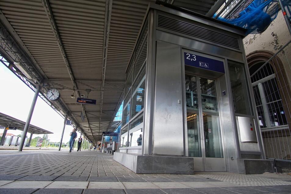 Der Personenaufzug auf dem Gelände des Bautzener Bahnhofes wurde am Donnerstag von Unbekannten beschädigt. Die Reparatur erfolgte schnell.