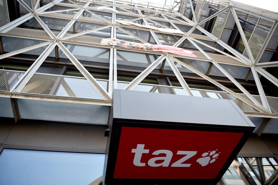 """Das Logo der Tageszeitung """"taz"""" am Eingang des Redaktionsgebäudes in Berlin-Mitte. Seehofer will nun mit der """"taz""""-Chefredaktion über die umstrittene Kolumne sprechen."""
