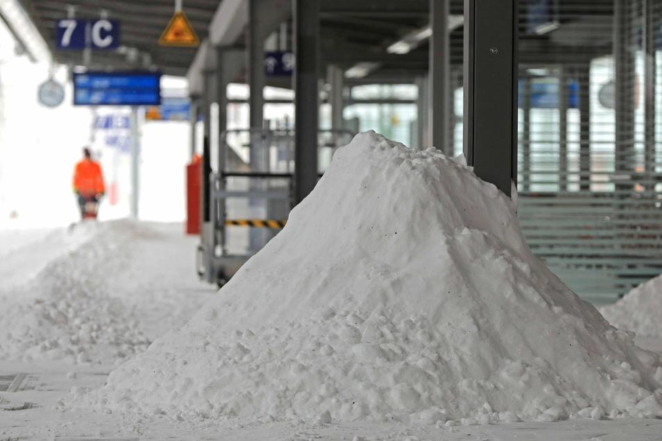 Sachsen-Anhalt, Magdeburg: Ein Mitarbeiter der Deutschen Bahn räumt auf einem Bahnsteig des Hauptbahnhofs Schnee.