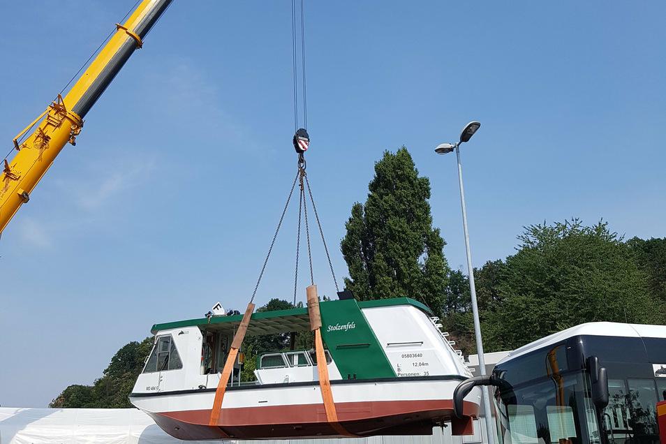 """Die Elbfähre """"Stolzenfels"""" wurde am Freitag in Meißen auf einen Transporter verladen."""