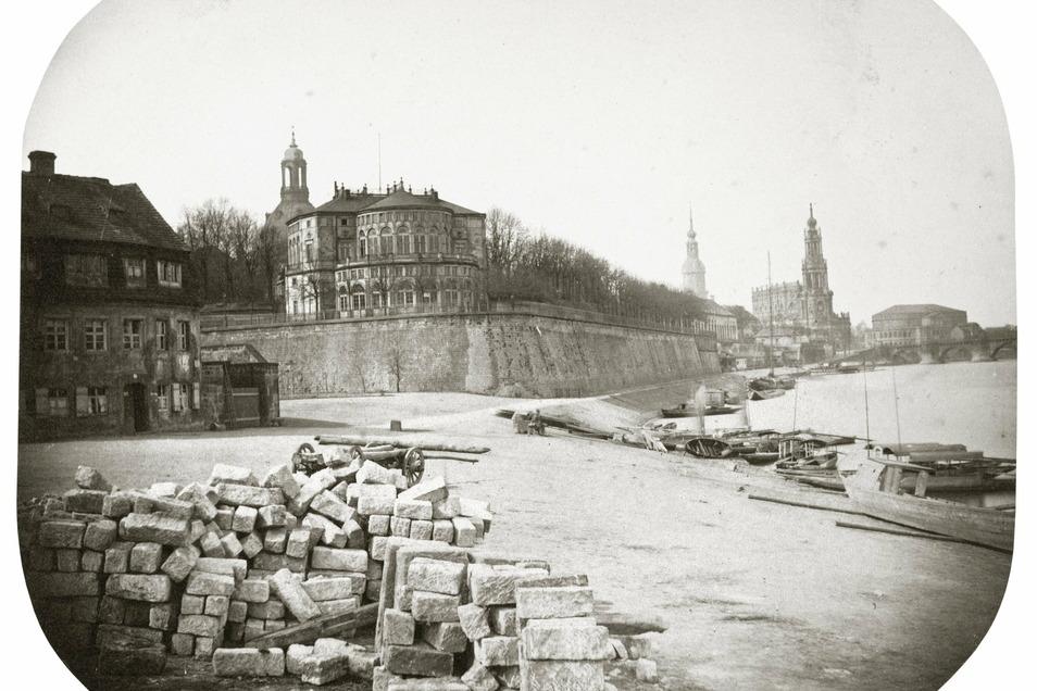 Brühlsche Terrasse, 1858 Blick zum Belvedere auf der Brühlschen Terrasse. Die Elbe reicht noch bis an die einstige Festungsmauer heran. Genau an dieser Stelle entstanden seit 1590 nacheinander vier Lustschlösser: Das erste flog durch eine Pulverexplosion