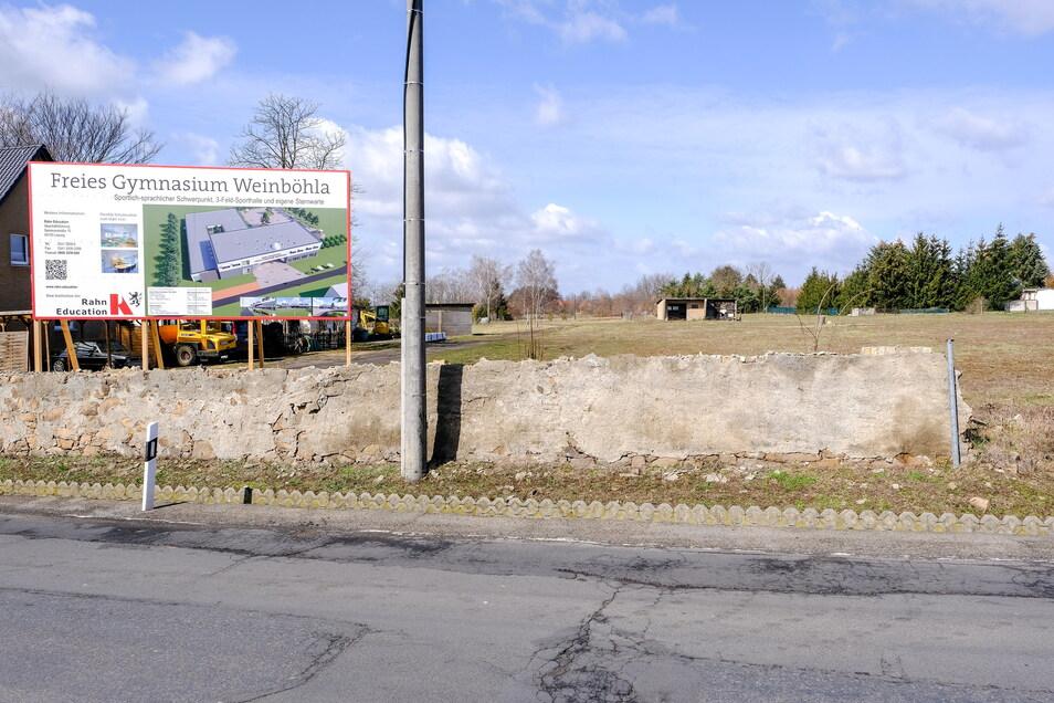 Blick auf das geplante Baufeld für das Freie Gymnasium Weinböhla (siehe Visualisierung) an der Köhlerstraße 53. Losgeht es erst einmal in Containern. Geld für Schulgebäude und Sporthalle steht wohl erst im Landeshaushalt 2023/24 wieder zur Verfügun
