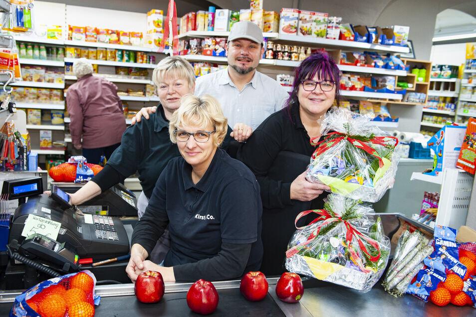 Vier für Großenhains Kultladen Kirst & Co: Anja Röhr, Birgit Wiesner, Anita Hofmann und Ladeninhaber Marko Hofmann sind seit der Wiedereröffnung des Geschäfts am Kirchplatz für die Kunden da.