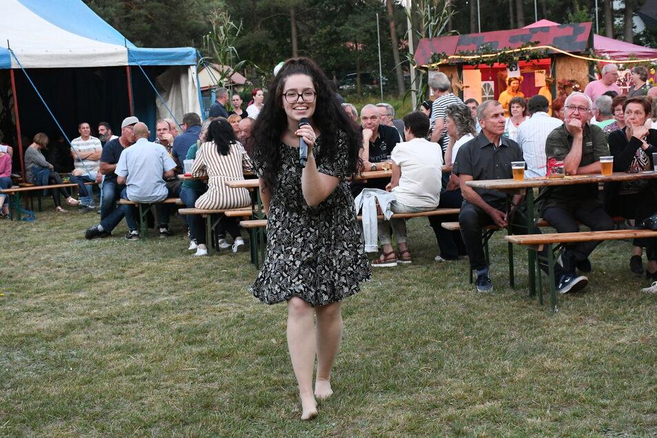 Die Sängerin Jela trat am Sonnabendabend beim Weinfest in Krauschwitz auf und verbreitete mit ihren Titeln gute Laune unter den Gästen.