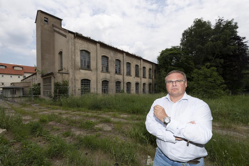Einst boomte in Neukirch die Weberei, heute zeugt das verfallene Fabrikgebäude an der Leibingerstraße vom vergangenen Ruhm. Das soll nun Platz für die Neuansiedlung von Industriebetrieben machen. Bürgermeister Jens Zeiler rechnet damit, spätestens zu Begi