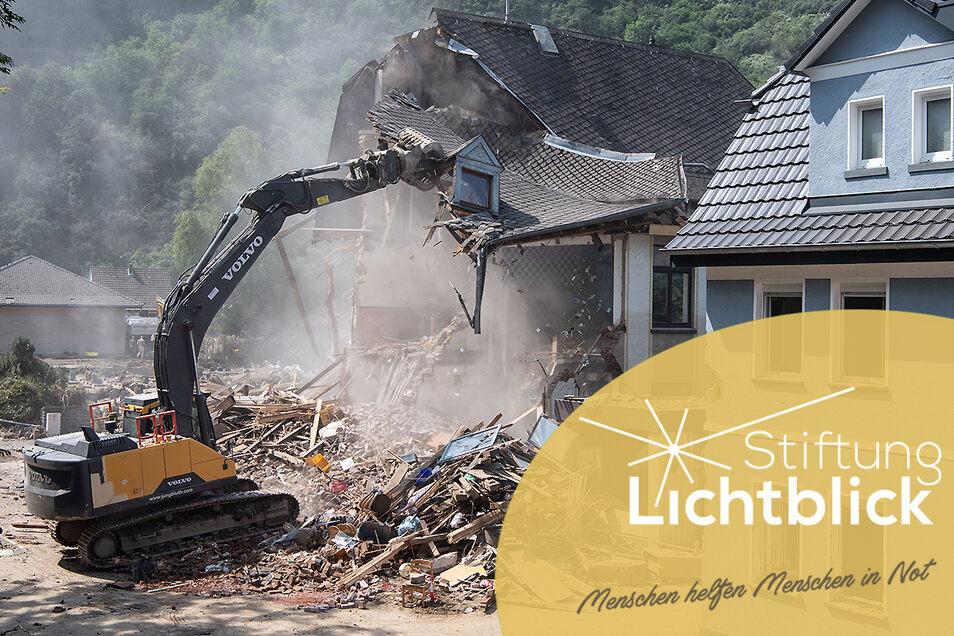 Zahlreiche Häuser wurden bei der Flut im Westen zerstört. Die Stiftung Lichtblick und andere Institutionen haben zu Spenden aufgerufen und sind von der starken Spendenbereitschaft überwältigt.