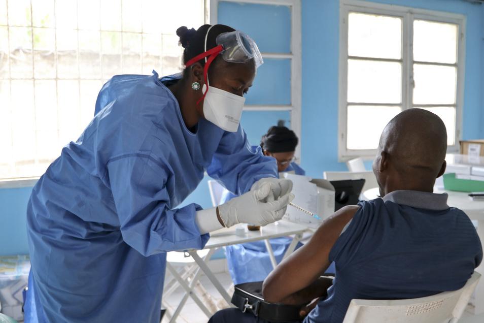 Ein Gesundheitsarbeiter der Weltgesundheitsorganisation (WHO) wird gegen Ebola geimpft.