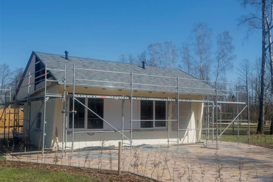 Der Dachstuhl des kleinen Häuschens wurde erneuert. Hier ist künftig der Kiosk des Bades untergebracht.