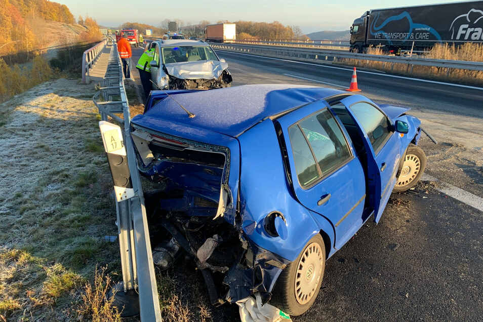 Der blaue VW stieß bei dem Unfall gegen die Leitplanke. Die Straße war glatt.