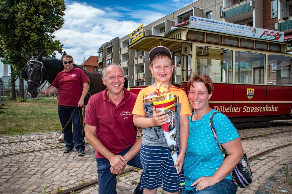 Oskar Lidzba (6) aus Limmritz hat die erste Pferdebahn-Zuckertüte in diesem Jahr bekommen. Mutti Michaela freut sich, dass die vorzeitige Übergabe durch Vereinschef Jörg Lippert (zweiter von links) geklappt hat.