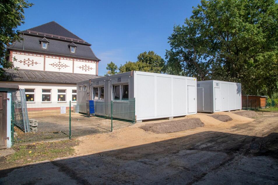 Neben dem Schulhaus stehen die beiden Raumcontainer. Sie sind eine Zwischenlösung für die nächsten zwei Jahre. Wie sich dann die Schülerzahl für See weiter entwickelt, bleibt abzuwarten.