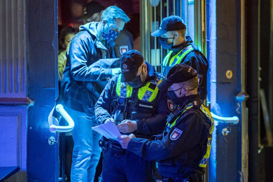 Hamburg: Polizisten kontrollieren in einer Kiez-Kneipe am Hans-Albers-Platz die Einhaltung der Corona-Vorgaben in der Gastronomie. Hintergrund der Kontrollen sind besonders viele Infektionen in der Gruppe der 20- bis 40-Jährigen.