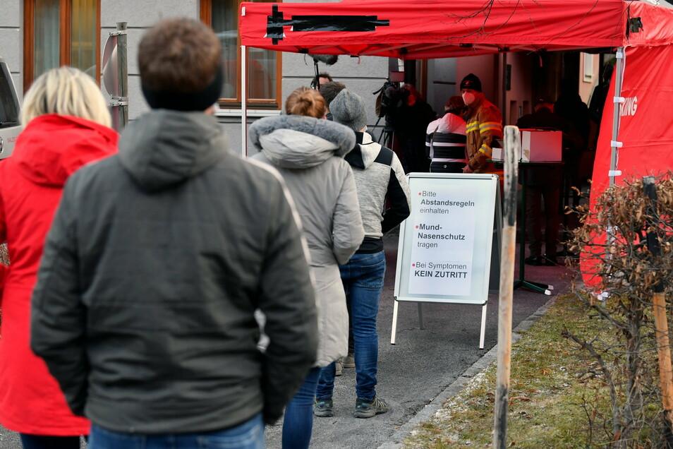 Anwohner stehen am Morgen vor einer Teststation im Feuerwehrhaus von Annaberg in Österreich während eines Corona-Massentests am Eingang an.