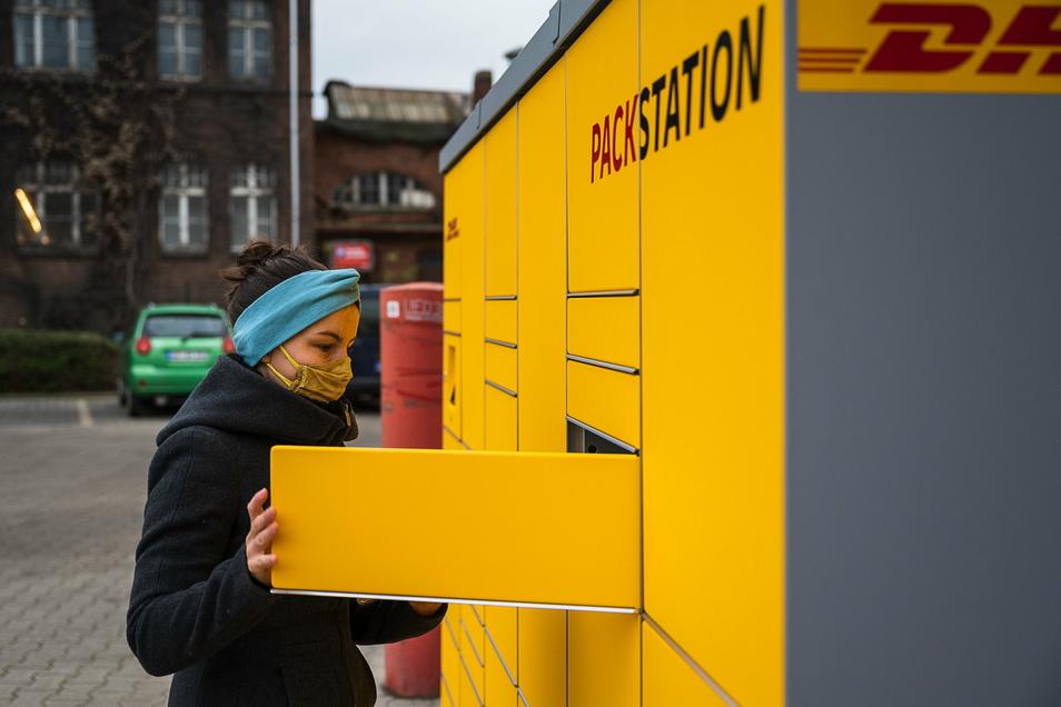 Josephine Brettschneider probiert die neue DHL Packstation auf dem Parkplatz des Penny-Supermarktes auf der Bahnhofstraße aus.
