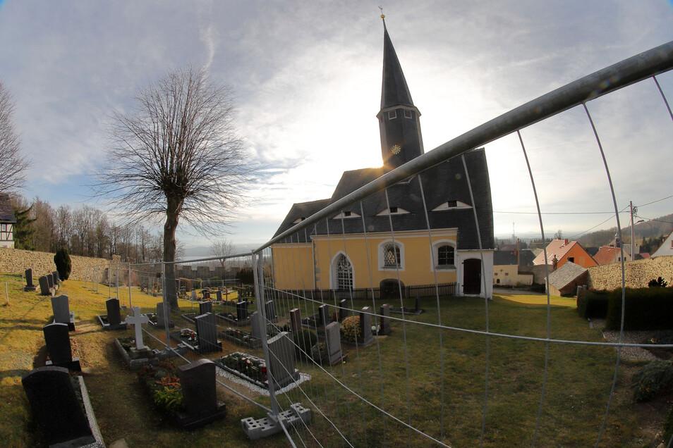 Abgesperrt seit einem Jahr: Die St. Wenzelslaus-Kirche in Jauernick.