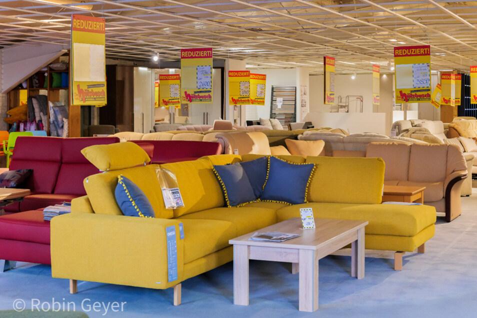 Farbige Möbel und bequeme Sofas bringen gute Laune in die trüben Herbsttage.