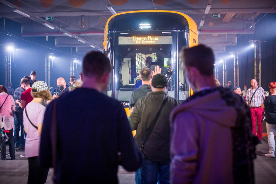 """Großer Bahnhof für die """"Neue"""": Dresdens neue Straßenbahn wurde jetzt erstmals öffentlich vorgestellt."""