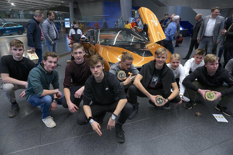 Schüler des Evangelischen Schulzentrums in Leipzig vor einem BMW i8: Automobilbau hatten wir uns anders vorgestellt.