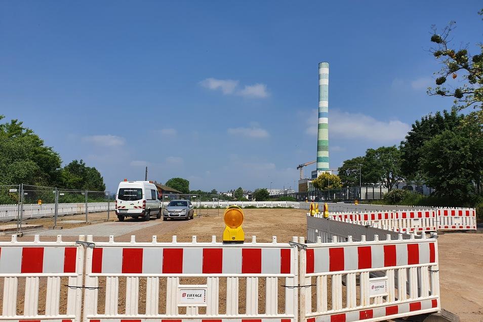 Auf dieser Fläche unterhalb der Neustädter Uferstraße ist kaum noch etwas von der Tunnel-Baustelle zu sehen. Das provisorische Zugangshäuschen ist verschwunden.