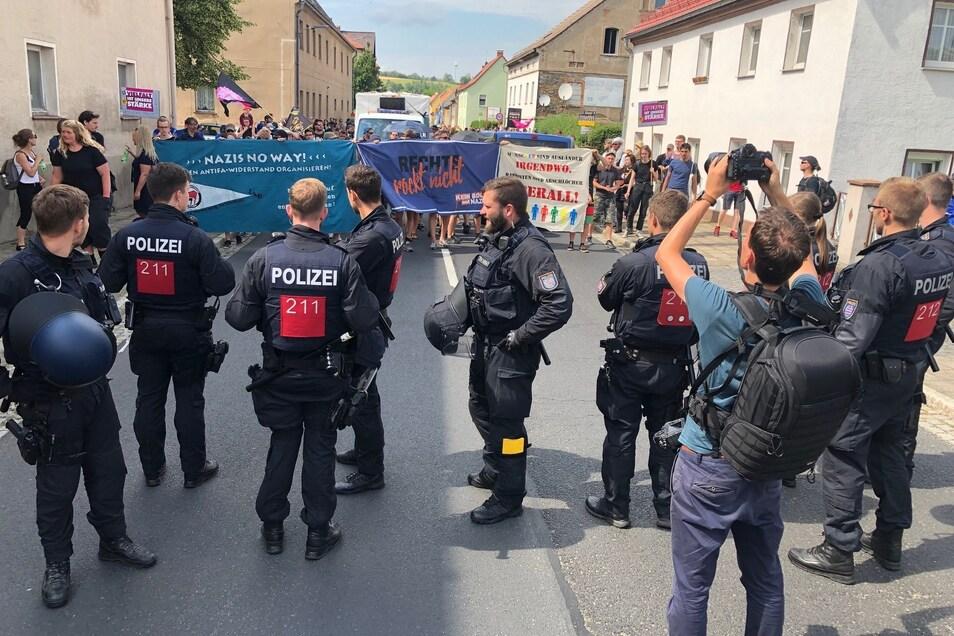 Auch die friedlichen Gegendemonstranten mussten Polizeikontrollen über sich ergehen lassen.