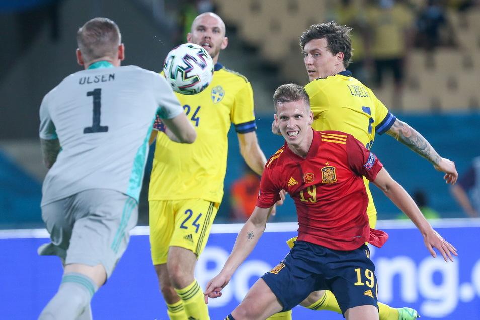 Spaniens Dani Olmo versucht, Schwedens Torwart Robin Olsen zu überwinden - vergeblich.