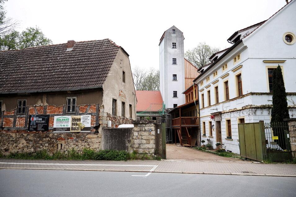 Die Röhrbornmühle von der Großenhainer Straße aus gesehen. Rechts das frühere Müllerwohnhaus, das auch heute als Wohnhaus dient.