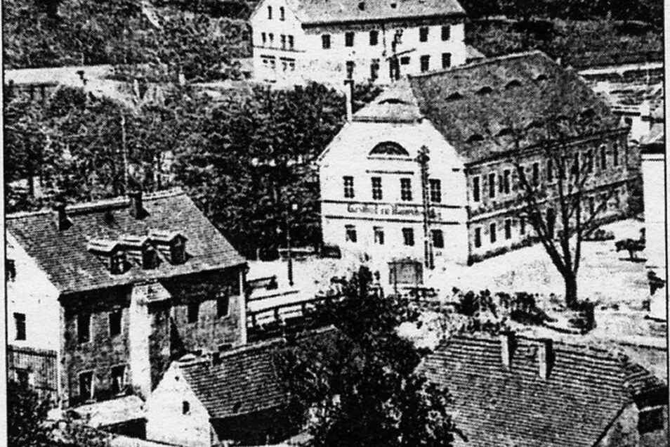 """Gasthof zu Hainsberg, vormaliger Name """"Zum Goldenen Specht"""", Ausgang des 19. Jahrhunderts. Im Hintergrund Hainsbergs erster Bahnhof, links zweigt die hölzerne Weißeritzbrücke zur Rabenauer Straße ab."""