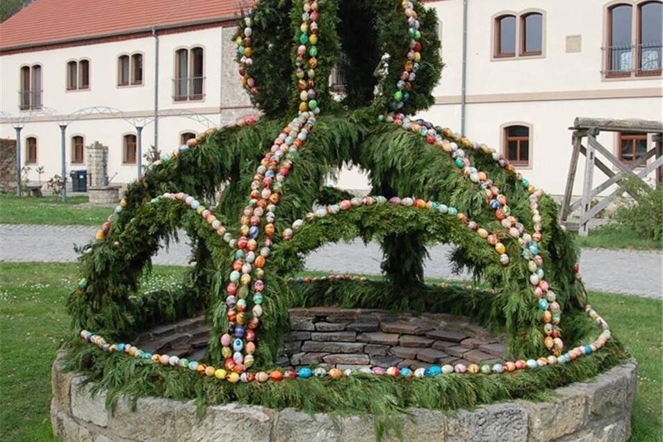War auch zum Ostermarkt ein Anziehungspunkt: der Brunnen am Schloss Hirschstein.